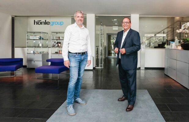 Dieter Janecek mit Heiko Runge beim Besuch der Dr. Hönle AG